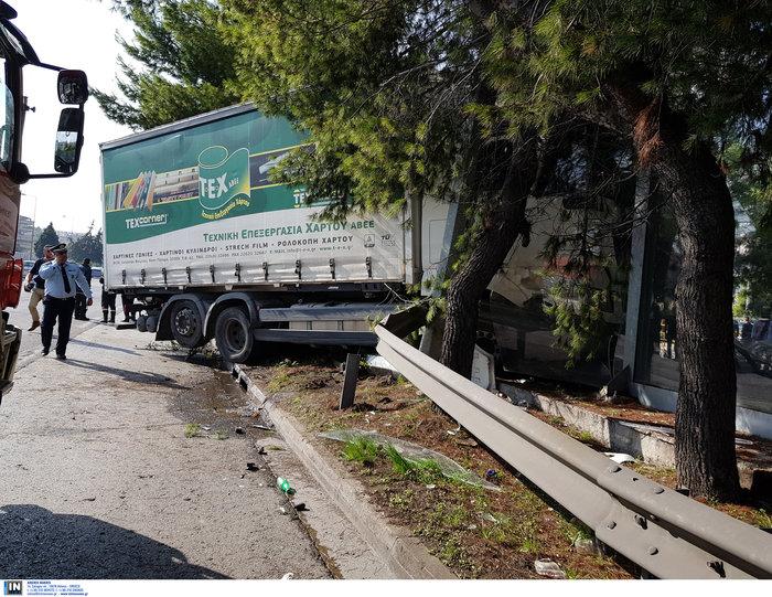 «Τρελό» φορτηγό νέκρωσε την εθνική στον Κηφισό - εικόνα 5