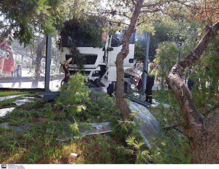 «Τρελό» φορτηγό νέκρωσε την εθνική στον Κηφισό - εικόνα 3
