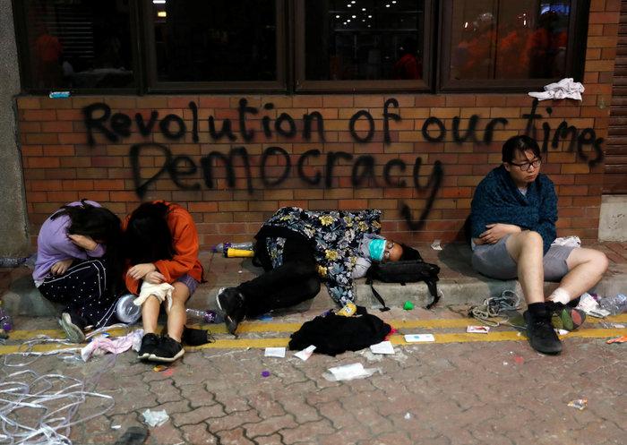 Χονγκ Κονγκ: Ταμπουρωμένοι στο Πολυτεχνείο 100 διαδηλωτές [Εικόνες] - εικόνα 5