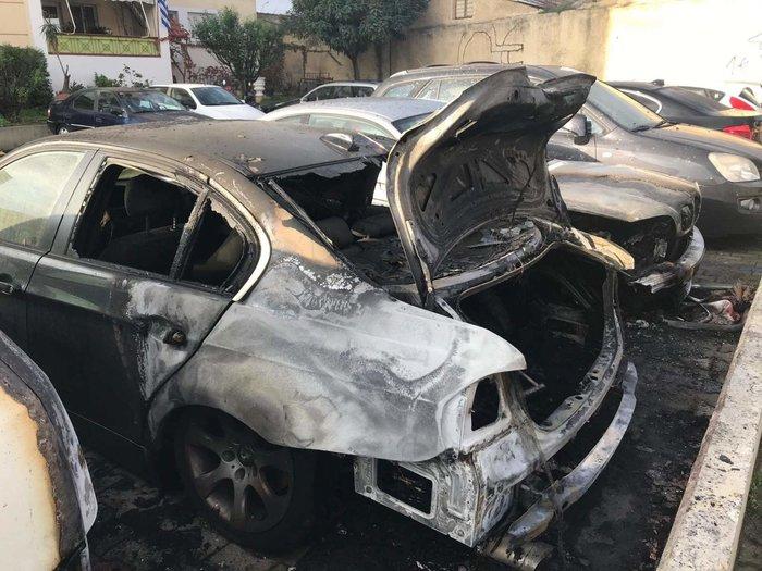 Φωτιά σε πυλωτή στον Ταύρο - Κάηκαν τρία αυτοκίνητα (φωτό)