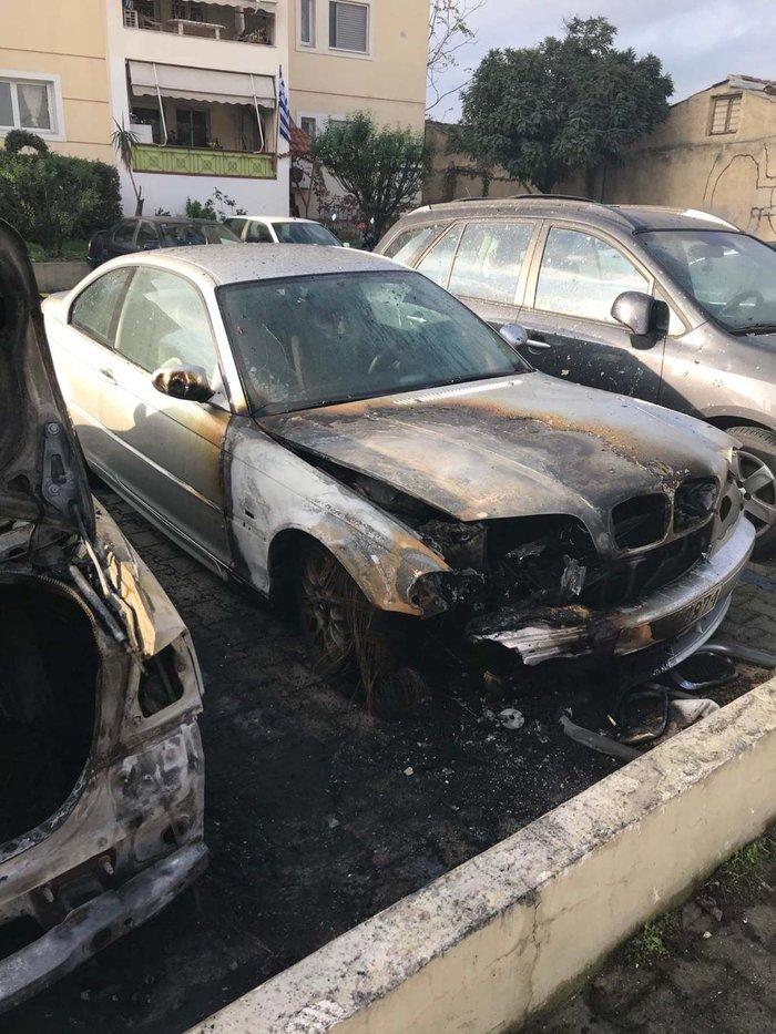 Φωτιά σε πυλωτή στον Ταύρο - Κάηκαν τρία αυτοκίνητα (φωτό) - εικόνα 2