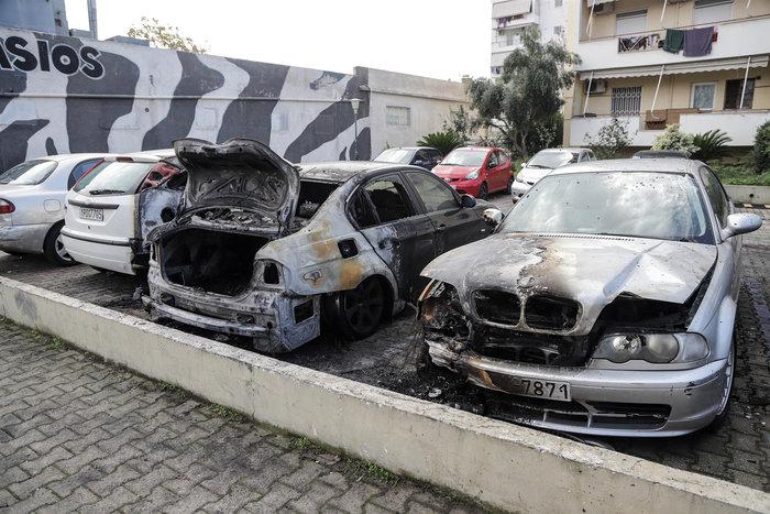 Φωτιά σε πυλωτή στον Ταύρο - Κάηκαν τρία αυτοκίνητα (φωτό) - εικόνα 3
