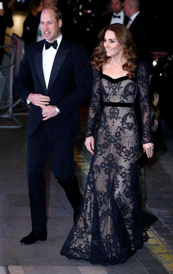 Με τη λάμψη της βασίλισσας: Η Κέιτ με μαύρη δαντέλα Alexander McQueen