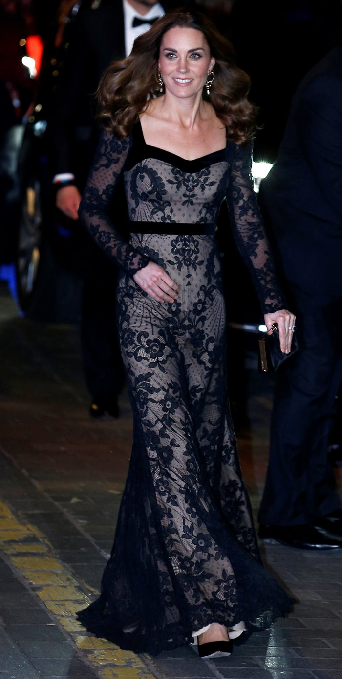 Με τη λάμψη της βασίλισσας: Η Κέιτ με μαύρη δαντέλα Alexander McQueen - εικόνα 2