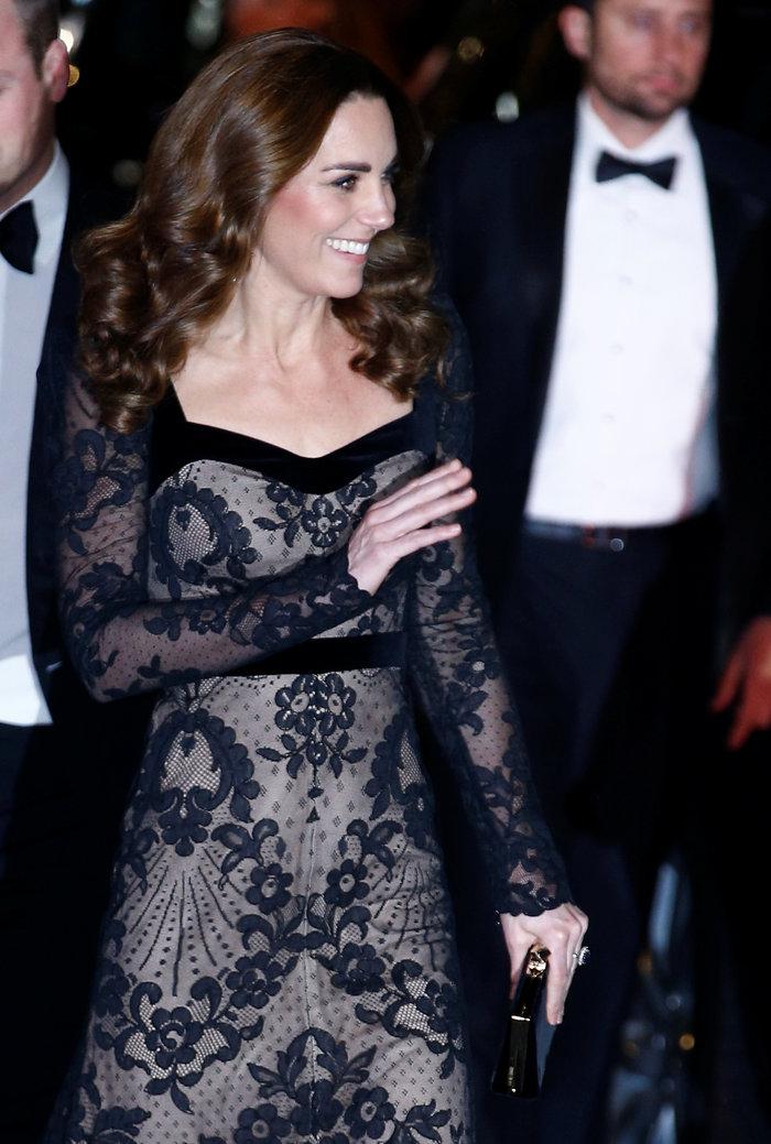 Με τη λάμψη της βασίλισσας: Η Κέιτ με μαύρη δαντέλα Alexander McQueen - εικόνα 3