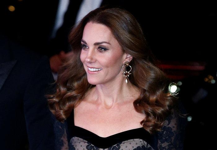 Με τη λάμψη της βασίλισσας: Η Κέιτ με μαύρη δαντέλα Alexander McQueen - εικόνα 4