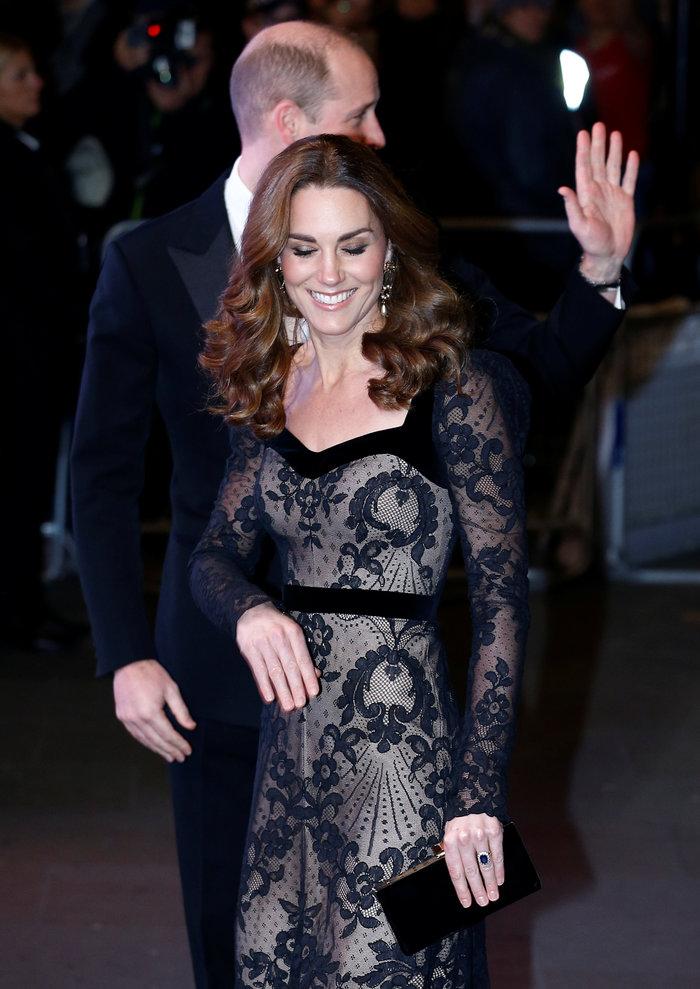 Με τη λάμψη της βασίλισσας: Η Κέιτ με μαύρη δαντέλα Alexander McQueen - εικόνα 5