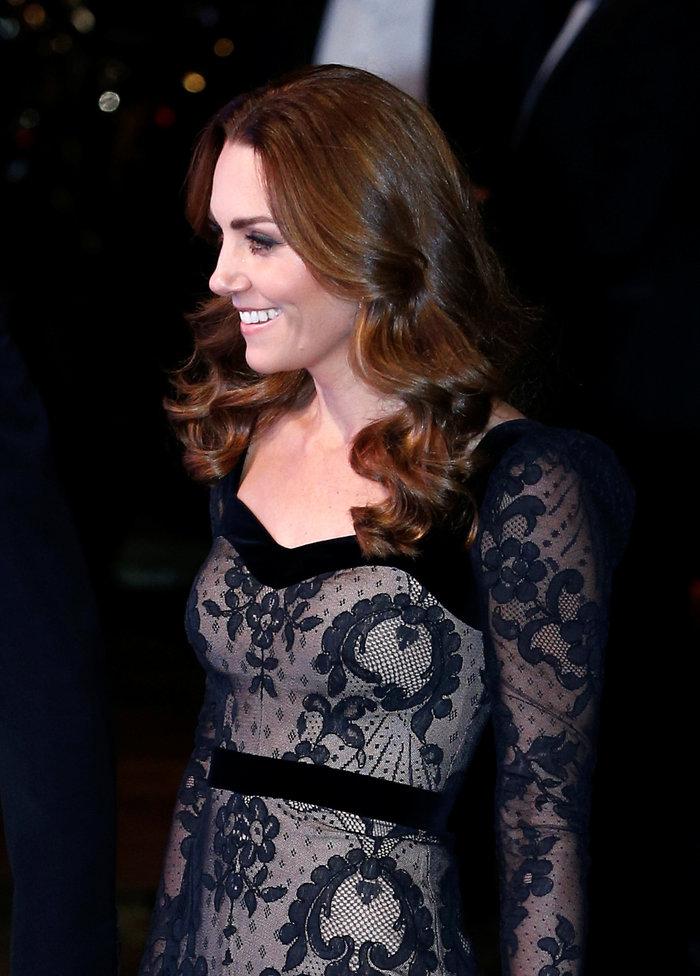 Με τη λάμψη της βασίλισσας: Η Κέιτ με μαύρη δαντέλα Alexander McQueen - εικόνα 7