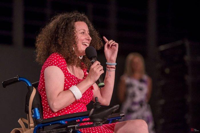 Η Κατερίνα Βρανά σαρώνει τη σκηνή με αναπηρικό αμαξίδιο - εικόνα 2