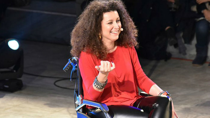 Η Κατερίνα Βρανά σαρώνει τη σκηνή με αναπηρικό αμαξίδιο