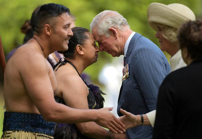 Κάρολος - Καμίλα: Έκαναν «μυτούλες» με ημίγυμνους πολεμιστές Μαορί - εικόνα 3
