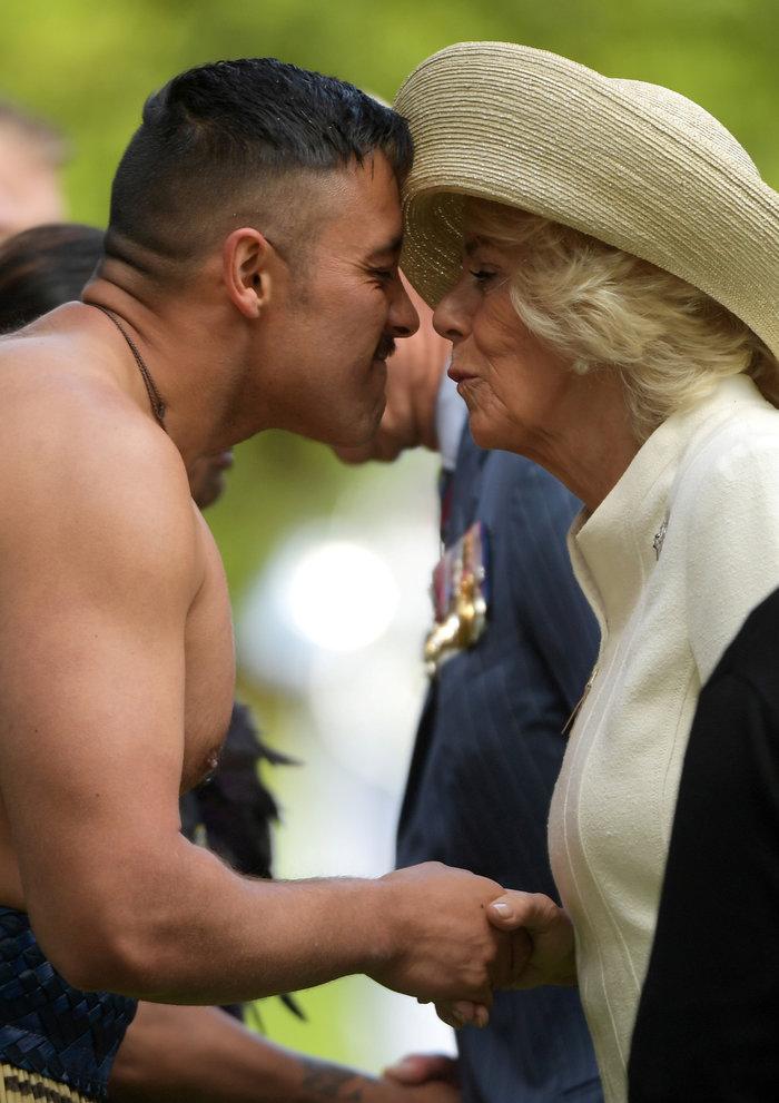 Κάρολος - Καμίλα: Έκαναν «μυτούλες» με ημίγυμνους πολεμιστές Μαορί - εικόνα 4