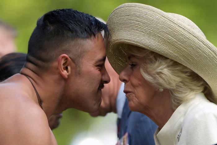 Κάρολος - Καμίλα: Έκαναν «μυτούλες» με ημίγυμνους πολεμιστές Μαορί - εικόνα 6