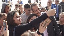 Οι selfies του Μητσοτάκη με μαθητές στο Ιδρυμα Στ. Νιάρχος