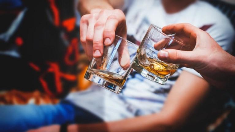 mathitis-lipothumise-apo-alkool-se-lukeio-tou-bolou