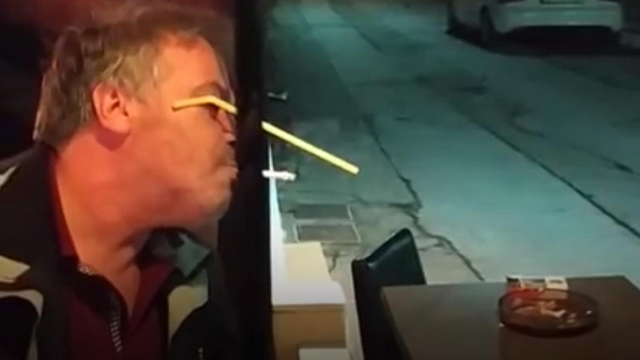 Ο ''αντικαπνιστικός'' στο ελληνικό καφενείο έγινε viral