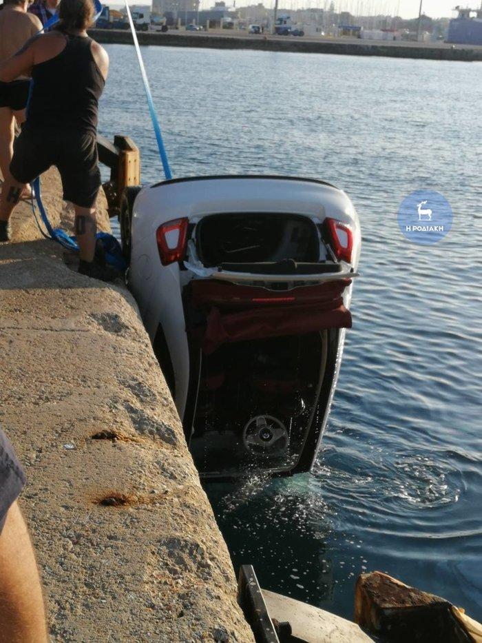 Βουτιά θανάτου στη Ρόδο - Νεκρός ο οδηγός, σώθηκε η συνοδηγός