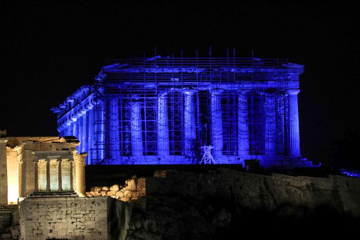 Εντυπωσιακή η Ακρόπολη, βάφτηκε στα μπλε [εικόνες και βίντεο]