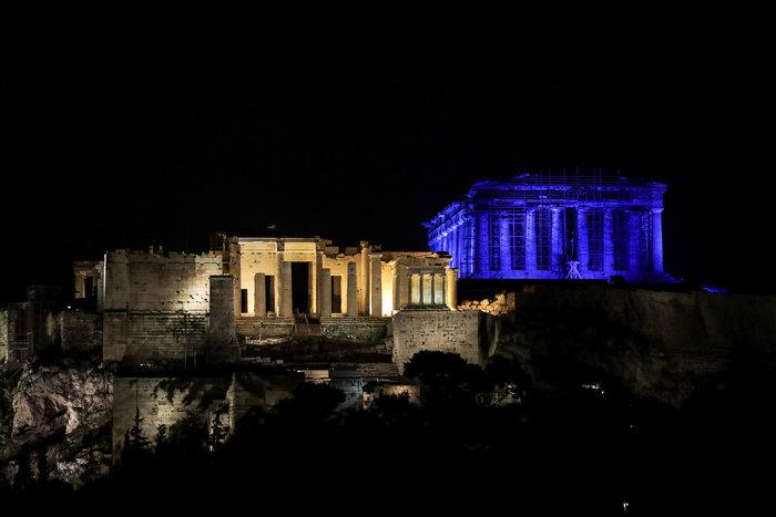 Εντυπωσιακή η Ακρόπολη, βάφτηκε στα μπλε [εικόνες και βίντεο] - εικόνα 2