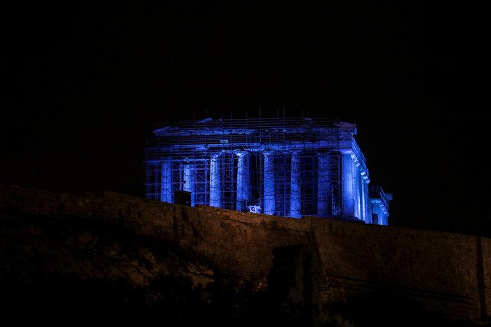 Εντυπωσιακή η Ακρόπολη, βάφτηκε στα μπλε [εικόνες και βίντεο] - εικόνα 3