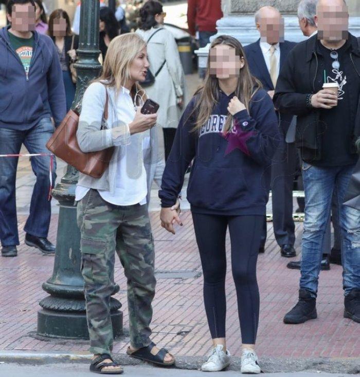 Μαρέβα Μητσοτάκη: Βόλτα στην Αθήνα με την μικρή κόρη της Δάφνη [Εικόνα] - εικόνα 2