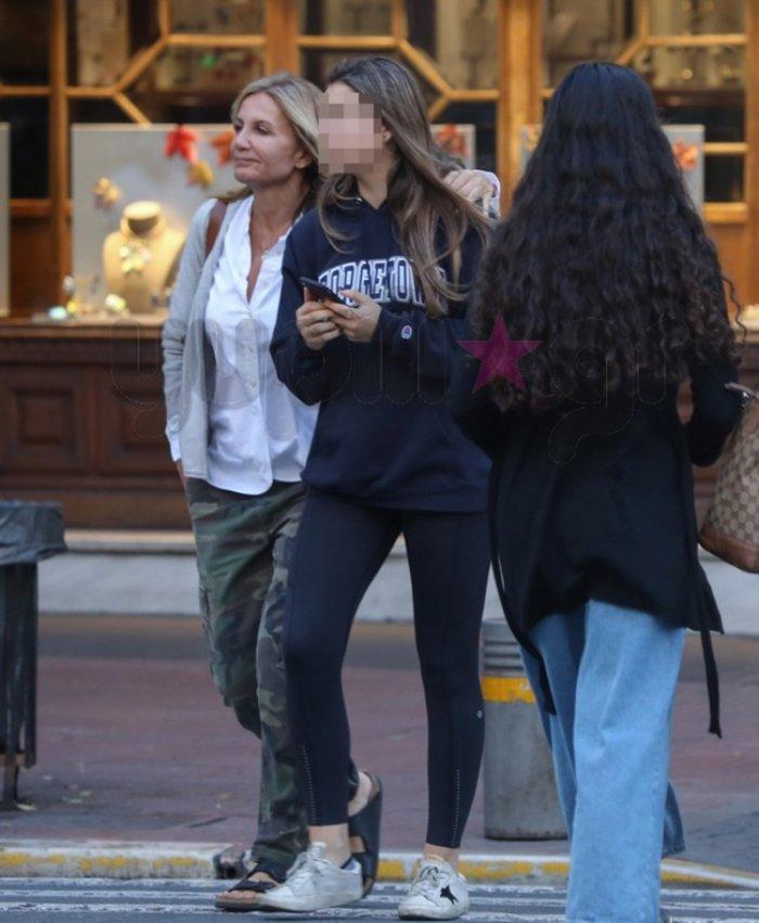 Μαρέβα Μητσοτάκη: Βόλτα στην Αθήνα με την μικρή κόρη της Δάφνη [Εικόνα] - εικόνα 4