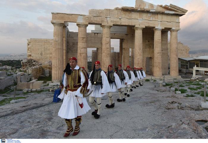 Λεβεντιά οι Εύζωνοι στην Ακρόπολη- Για την ημέρα των Ενόπλων Δυνάμεων