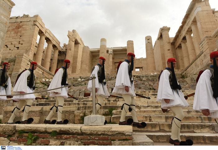 Λεβεντιά οι Εύζωνοι στην Ακρόπολη- Για την ημέρα των Ενόπλων Δυνάμεων - εικόνα 7