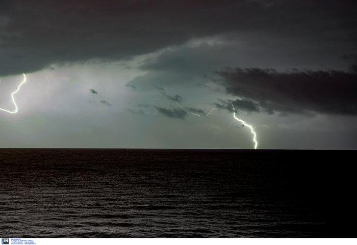 Μαγευτικό θέαμα οι κεραυνοί στο Αιγαίο από το Πλωμάρι Λέσβου