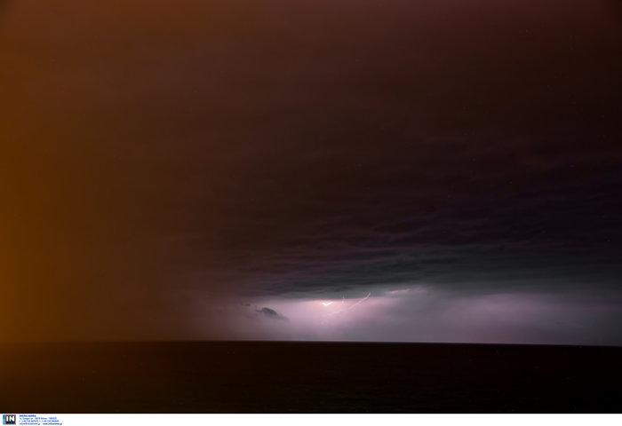 Μαγευτικό θέαμα οι κεραυνοί στο Αιγαίο από το Πλωμάρι Λέσβου - εικόνα 2