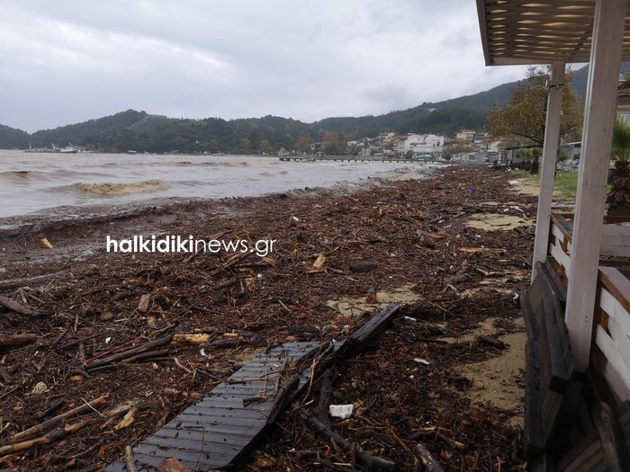 Δραματικές ώρες ζει η Θάσος - Πλημμύρισαν σπίτια και δρόμοι - εικόνα 2