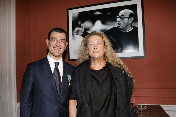 Γιώργος Αρχιμανδρίτης, Φοίβη Αγγελοπούλου κάτω από το πορτρέτο του Θεόδωρου Αγγελόπουλου