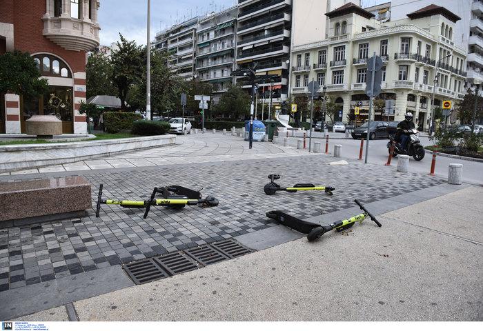 Επεσαν δέντρα και καταπλάκωσαν αυτοκίνητα στη Θεσσαλονίκη  [Εικόνες]