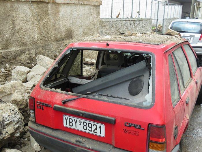 Πειραιάς: Κατέρρευσε μπαλκόνι και καταπλάκωσε ΙΧ [Εικόνες] - εικόνα 6