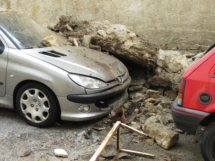 Πειραιάς: Κατέρρευσε μπαλκόνι και καταπλάκωσε ΙΧ [Εικόνες] - εικόνα 3