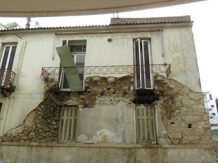 Πειραιάς: Κατέρρευσε μπαλκόνι και καταπλάκωσε ΙΧ [Εικόνες] - εικόνα 2