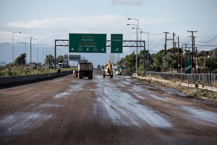 Βομβαρδισμένο τοπίο στην Εθνική: Κλειστό το ρεύμα προς Πάτρα - εικόνα 3