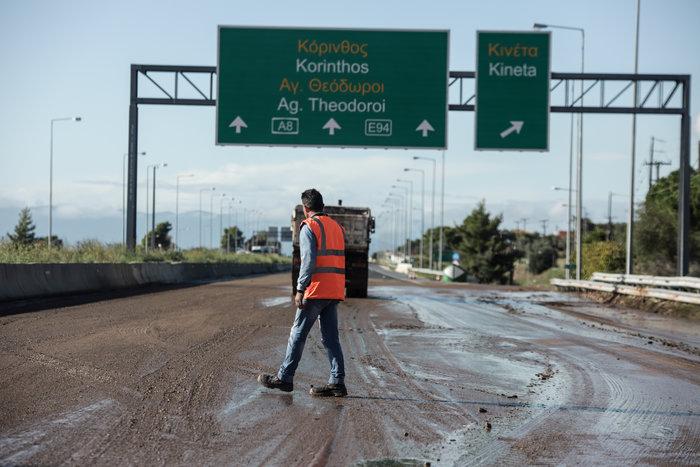 Βομβαρδισμένο τοπίο στην Εθνική: Κλειστό το ρεύμα προς Πάτρα - εικόνα 4