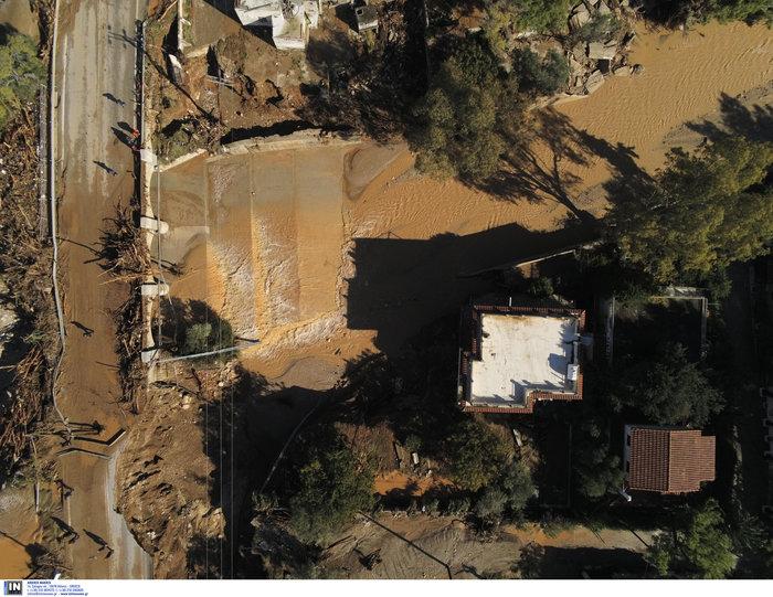 Ποτάμι λάσπης ολόκληρη η Κινέτα -  Εικόνες από drone