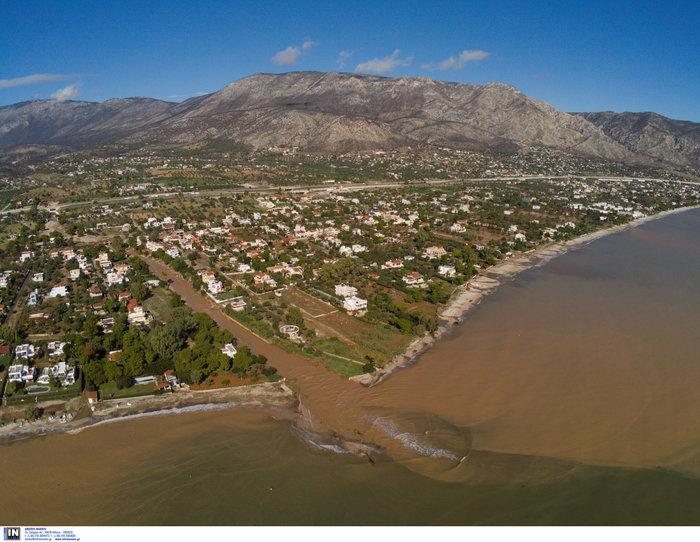 Ποτάμι λάσπης ολόκληρη η Κινέτα -  Εικόνες από drone - εικόνα 5