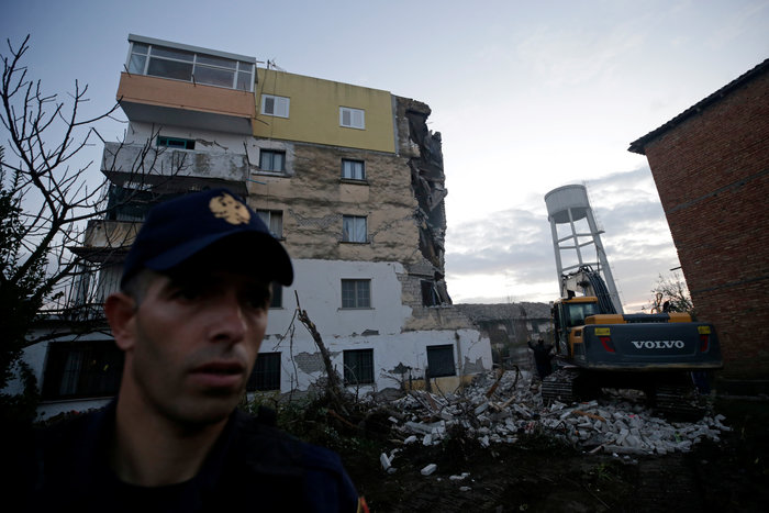 Δέκα νεκροί και εκατοντάδες τραυματίες από τα 6,4 Ρίχτερ στην Αλβανία - εικόνα 7