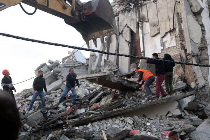 Στους 15 οι νεκροί στην Αλβανία - Ανάμεσά τους και μικρό παιδί - εικόνα 2