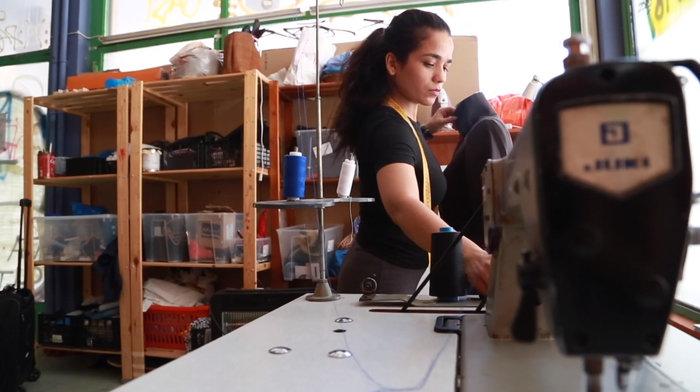 «FLAME»: Νεαρή πρόσφυγας δημιουργεί τη δική της κολεξιόν μόδας