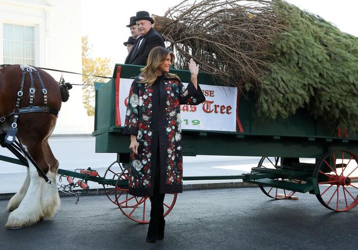 Η Μελάνια Τραμπ υποδέχεται το τεράστιο δέντρο σε ...live streaming - εικόνα 3