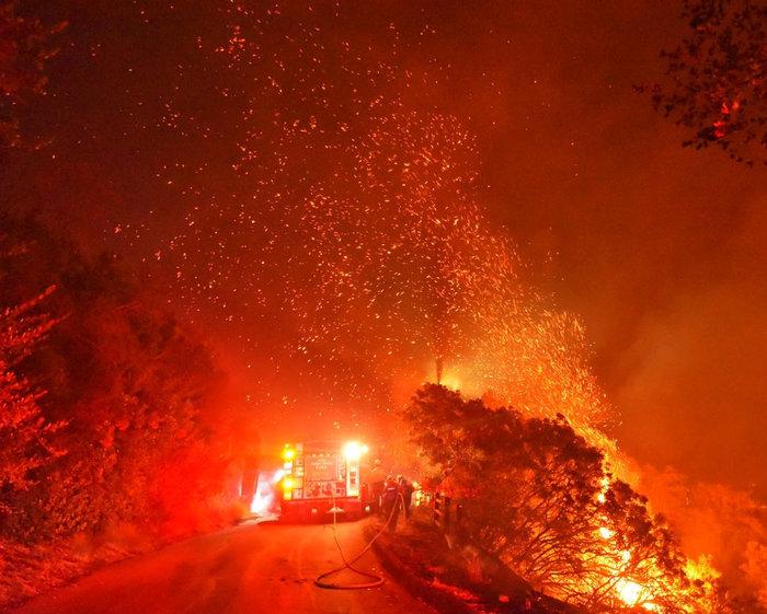 Πύρινη κόλαση στη Σάντα Μπάρμπαρα: Εκκενώνονται περιοχές - εικόνα 2