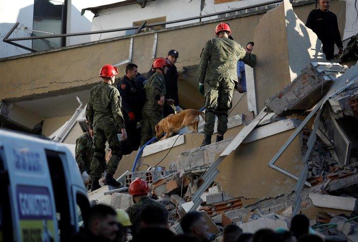 Αλβανία: Αγωνία στα συντρίμμια για τους επιζώντες - Mάχη με τον χρόνο - εικόνα 8