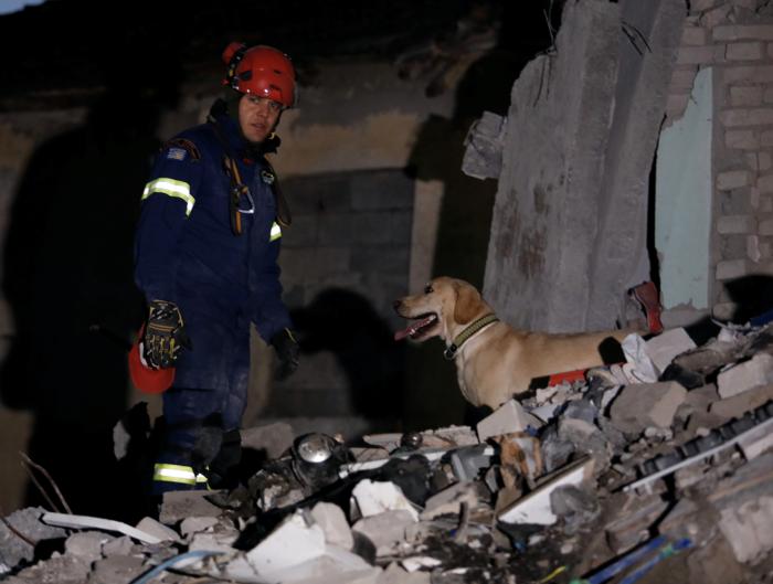 Αλβανία: Αγωνία στα συντρίμμια για τους επιζώντες - Mάχη με τον χρόνο - εικόνα 4