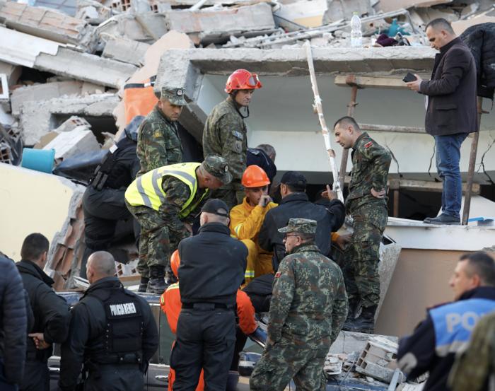 Αλβανία: Αγωνία στα συντρίμμια για τους επιζώντες - Mάχη με τον χρόνο - εικόνα 12