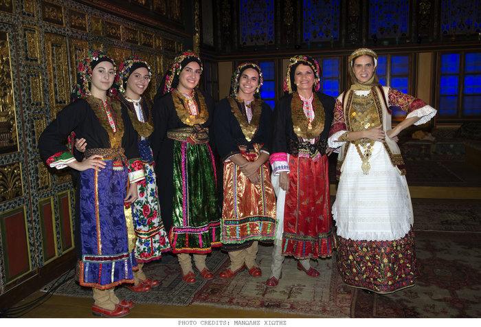 Πασίγνωστοι Αθηναίοι ντύθηκαν Καραγκούνηδες και Σαρακατσάνησες - εικόνα 3