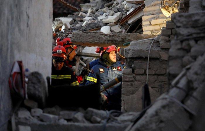 Αλβανία: Τραγικές ιστορίες στα ερείπια του φονικού σεισμού - εικόνα 2